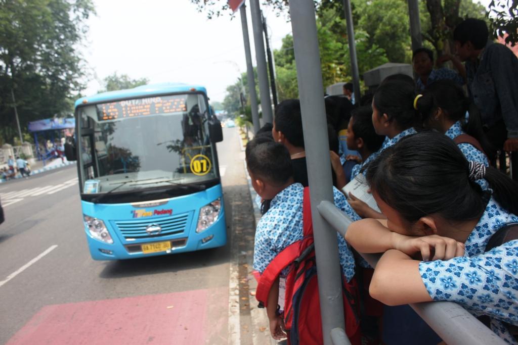 Ilustrasi. Pelajar menanti kedatangan bus Trans Padang. Foto : Huda Putra