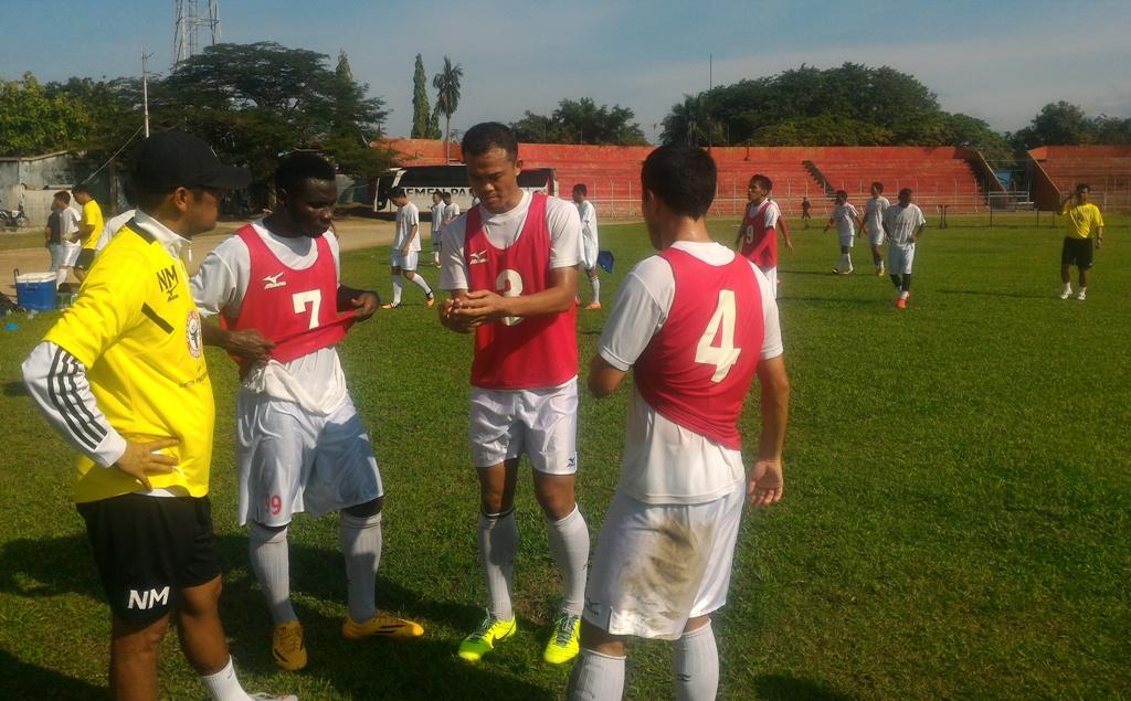 Pelatih Semen Padang FC, Nil Maizar memberihan arahan kepada sejumlah anak asuhnya saat latihan di GOR H Agus Salim, Padang, Rabu (13/1).