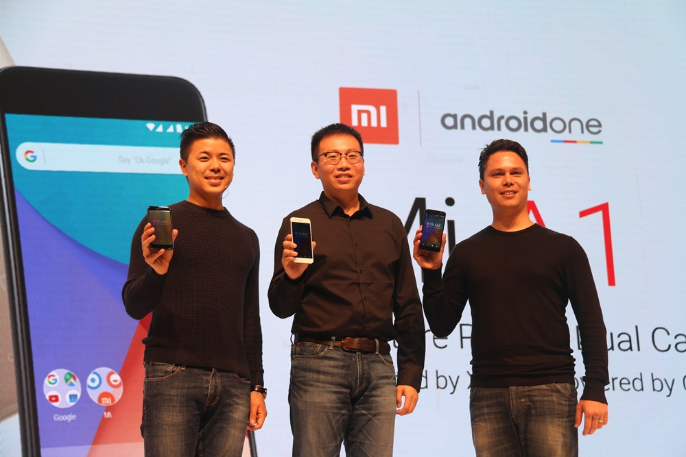 Director of Product Management and Marketing Xiaomi Global Donovan Sung, Head of Xiaomi South Pacific Region, Xiaomi Indonesia Country Manager Steven Shi Yan, dan Head of Consumer Marketing for South East Asia and South Asia Pete Nuchanatanon, sedang memperlihatkan Mi A1, smartphone pertama Xiaomi dalam program evolusi Android One