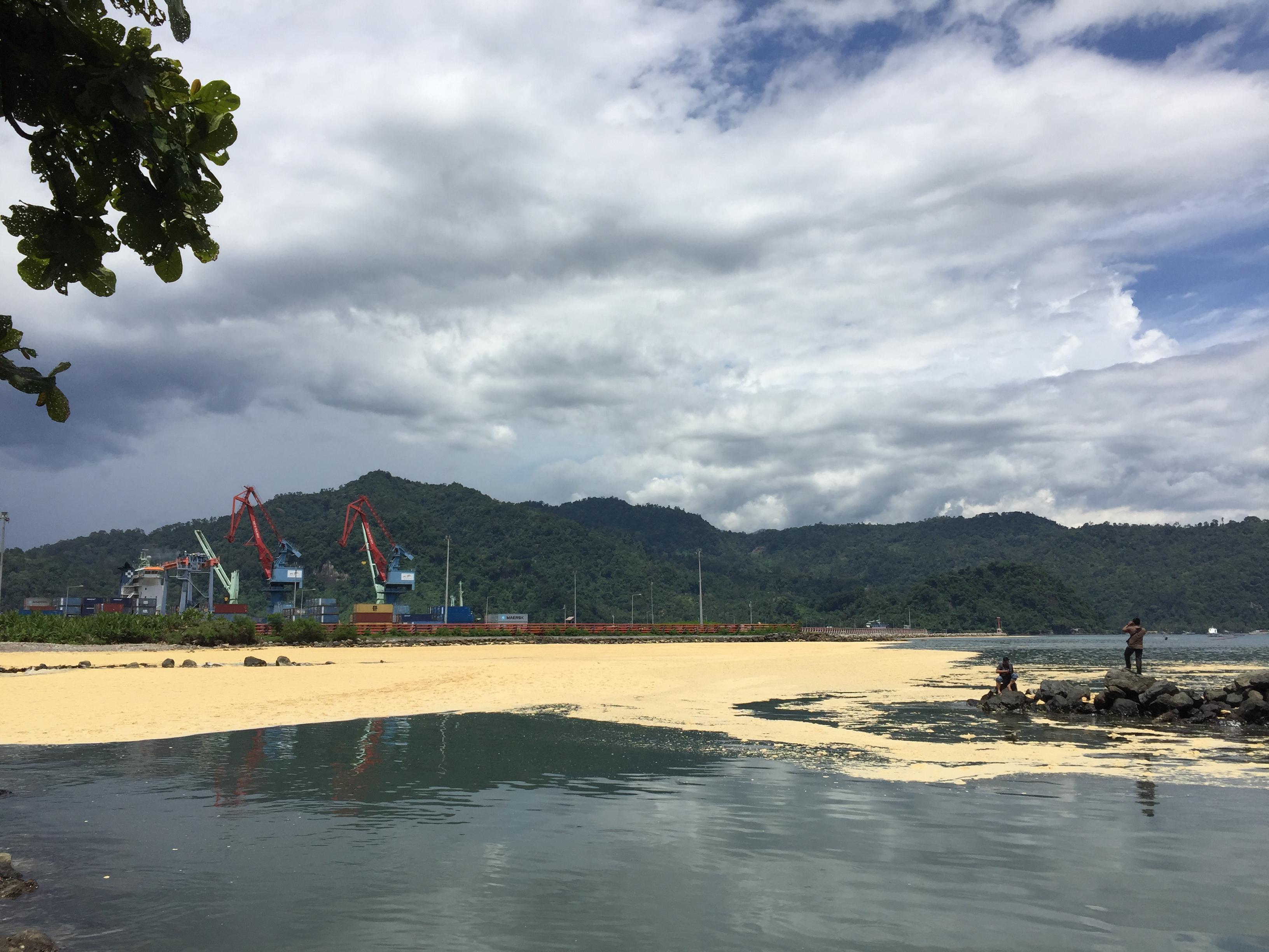 Tumpahan minyak sawit mentah di Pelabuhan Teluk Bayur, Padang, Kamis (28/9/201&).