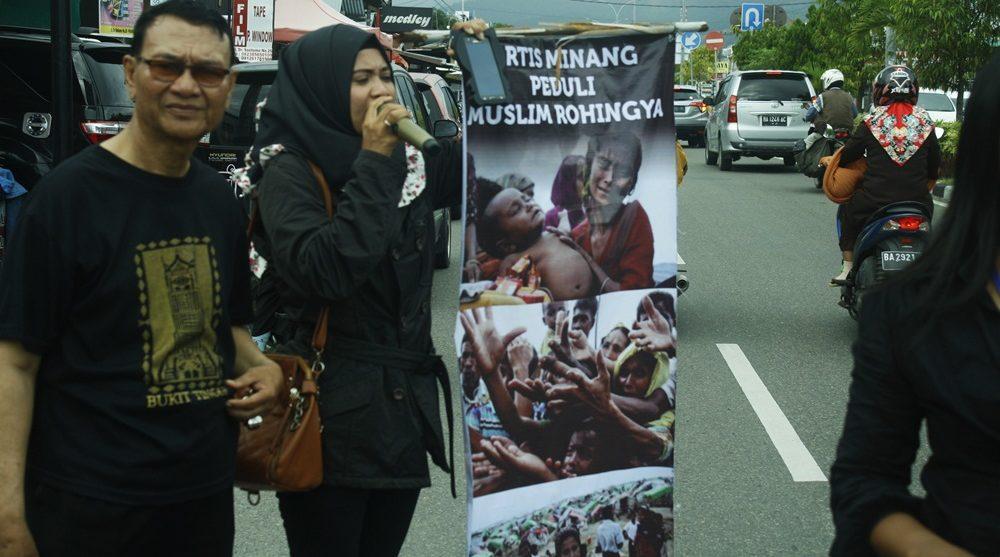 Persatuan penyanyi Kota Padang yang tergabung dalam Ikatan Penyanyi Kim Ranah Minang (IPKRM) menggelar aksi solidaritas di ruas jalan Dr. Soetomo, Padang.