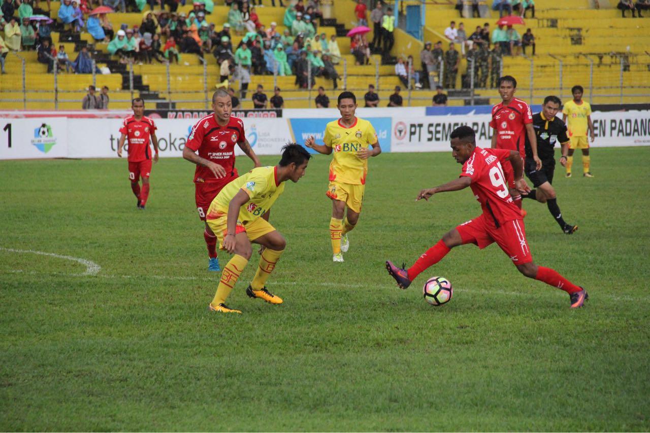Laga Semen Padang FC vs Bhayangkara FC di Stadion Agus Salim, Padang, Jumat 15 September 2017