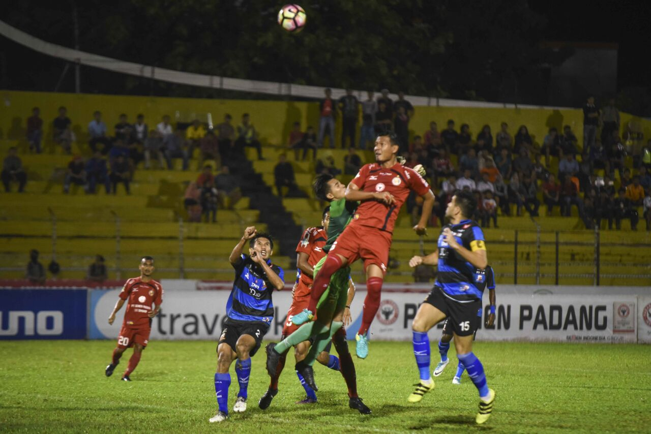 Laga Semen Padang FC melawan Madura United dalam laga lanjutan Gojek Traveloka Liga 1 di Stadion Agus Salim, Kota Padang, Jumat malam.
