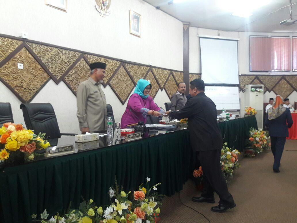 Paripurna Dewan Perwakilan Rakyat Daerah (DPRD) Kota Padang tentang penutupan masa sidang III Tahun 2017 sekaligus pembukaan masa sidang I tahun 2018 pada Jumat (29/12/2017).