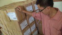 Koordinator Divisi Logistik dan Keuangan KPU Padang, Mahyudin memperlihatkan logistik surat suara Pilpres 2014.