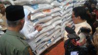 Menteri Sosial, Khofifah Indar Parawansa meninjau Gudang Bulog Divre Sumbar, Bypass, Kota Padang.
