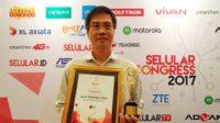 Aliudin Sutedja selaku National Sales Manager ASUS Indonesia menerima penghargaan untuk Asus Zenfone Deluxe dalam ajang Seluler Award ke-14. Foto : Istimewa
