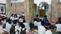 Dandim 0312/Padang Letkol Kav Eryzal Satria saat pesantren Ramadan di Masjid Ansharullah, Jalan Cokrominoto, Kampung Pondok, Padang Barat, Senin subuh (5/6/2017).