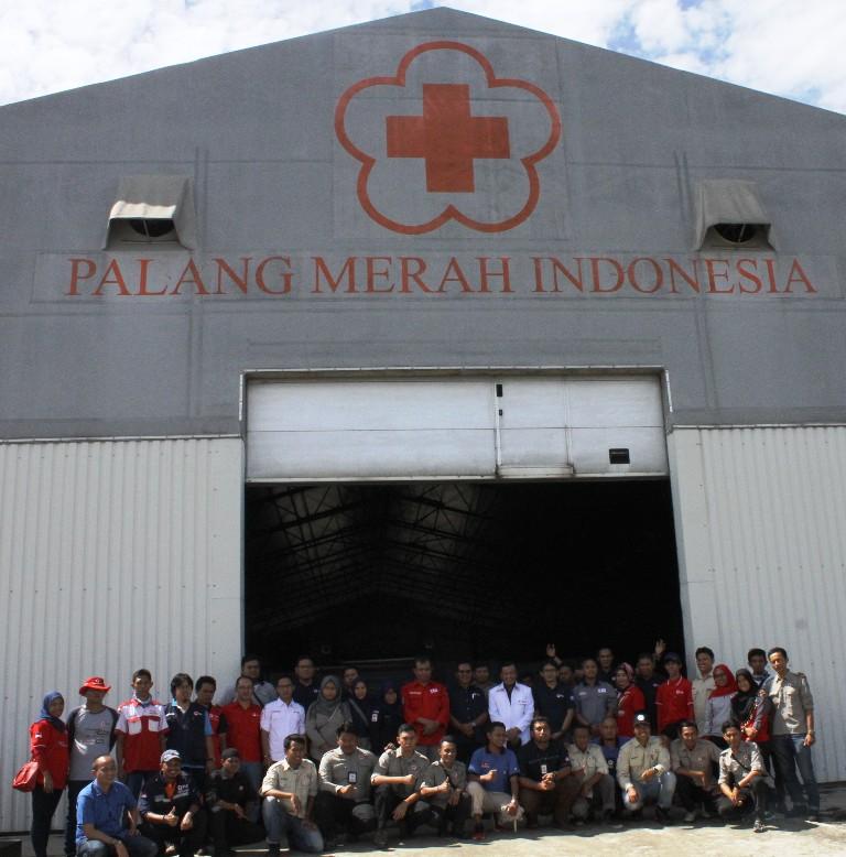 Para sukarelawan dari 17 provinsi seIndonesia saat mengikuti simulasi tanggap darurat bencana di gudang PMI Padang. @tanharimage
