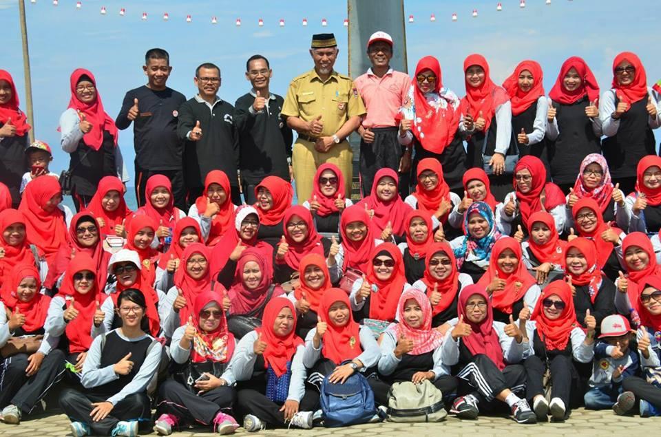 Aksi bersih Pantai Muaro Lasak yang dilakukan komunitas Guru Bahasa Inggris Kota Padang.