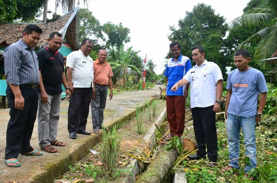 Camat Nanggalo Teddy Antonius meninjau lokasi pembangunan drainase bersama pemuka masyarakat Pagang Dalam, Kurao Pagang.