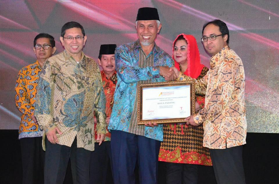 Penghargaan Indonesia's Attractiveness Award (IAA) 2017 dalam Predikat Terbaik Kategori Investasi sekaligus Kota Terbaik dengan peringkat platinum