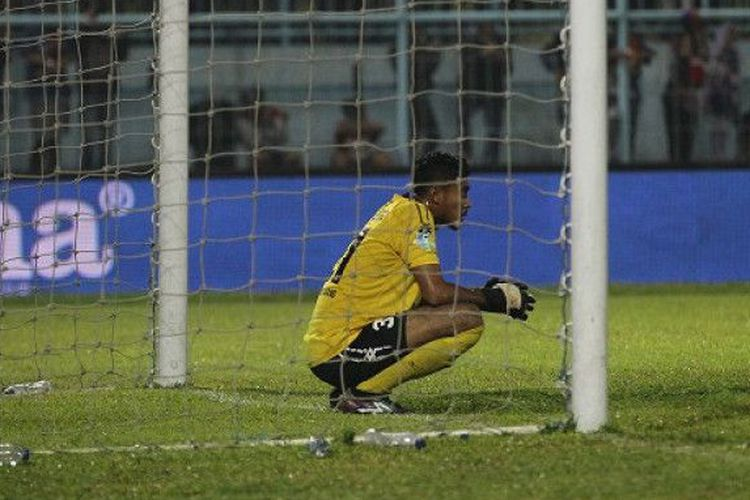Kiper Semen Padang, Rendy Oscario, tampak kecewa gawangnya kembali dijebol para pemain Arema FC di Stadion Kanjuruhan, Kabupaten Malang, Sabtu (4/11/2017).