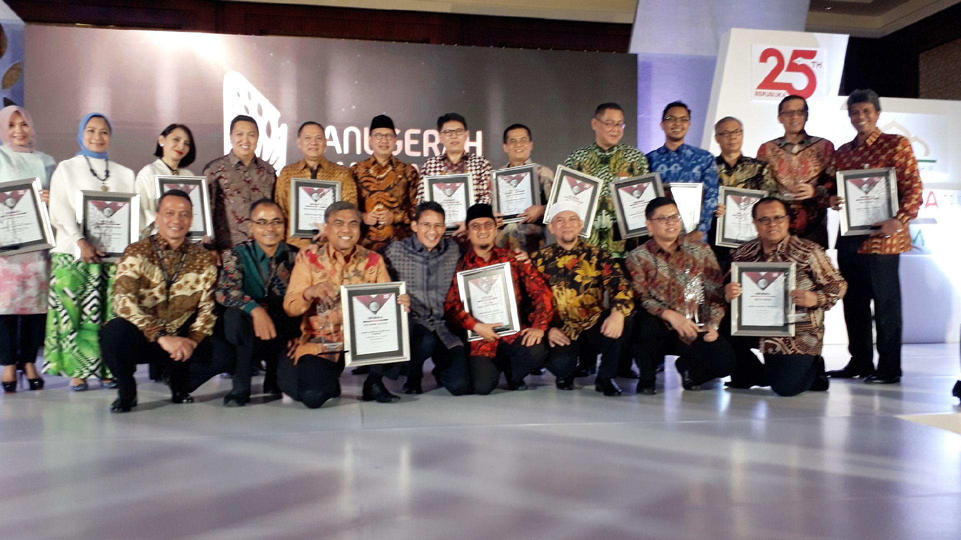 Direktur Kredit dan Syariah Bank Nagari, Hendri menerima penghargaa kategori Unit Usaha Syariah (UUS) dalam Anugerah Syariah Republika 2017 di Jakarta, Kamis (7/12/2017). Foto : Istimewa