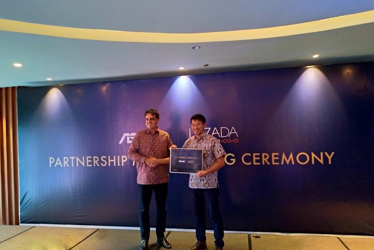 Chief Brand Officer Lazada Group Bob Sprengers dan Regional Director ASUS South East Asia Benjamin Yeh saat MoU kerjasama penjualan smartphone Asus terbaru. Foto : Asus Indonesia