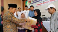 Walikota Bukittinggi Ramlan Nurmatias saat menyerahkan bantuan sembako kepada 1540 KK kurang mampu di Aula Kantor Camat Guguak Panjang, Kamis 16 Mei 2019. Foto : Istimewa