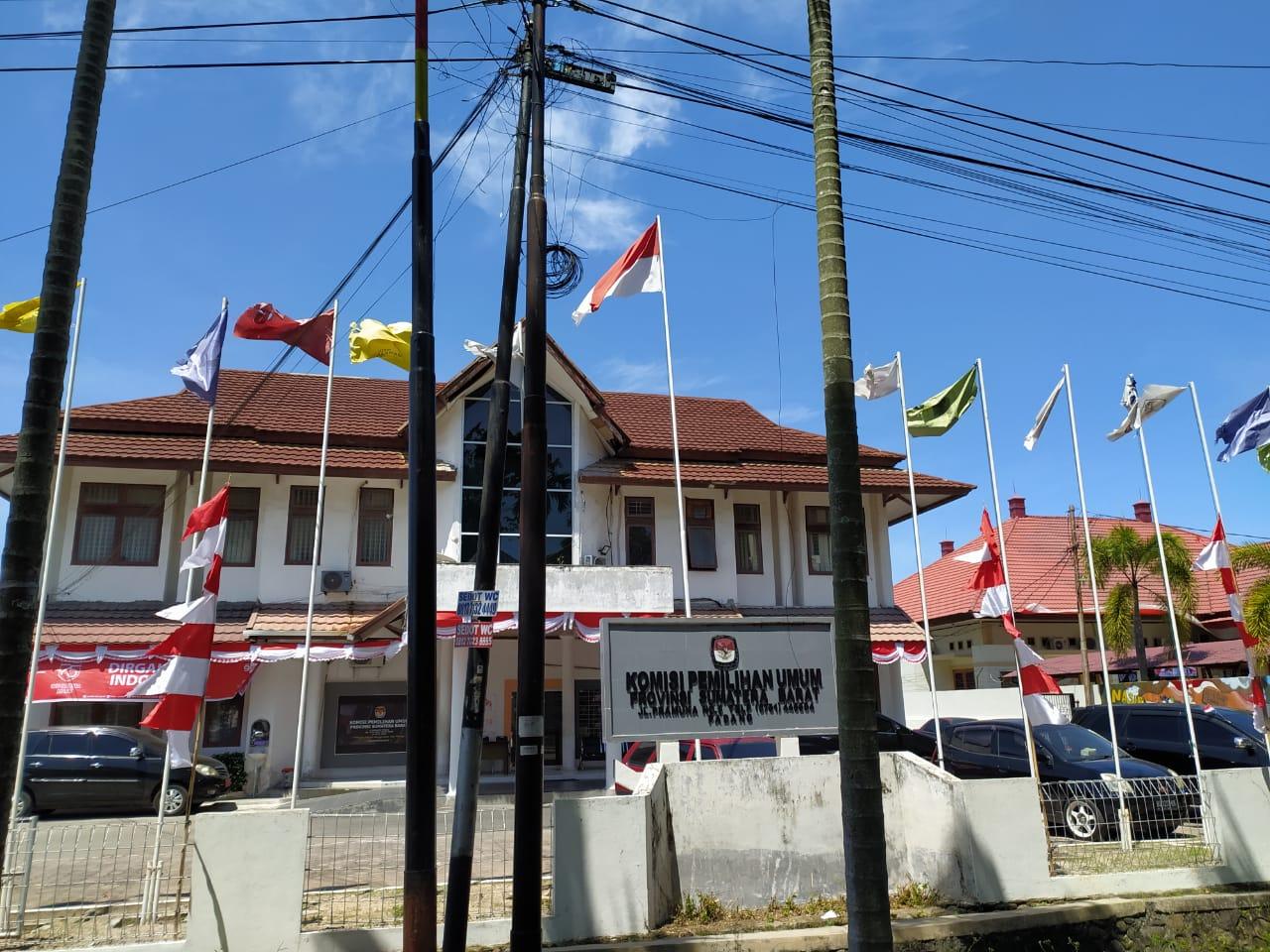 Gedung KPU Sumatera Barat, Padang. Foto : Wawan Setiawan